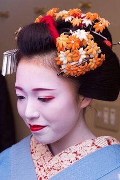 Oiran & Geisha | November kanzashi of the maiko Katsusen! (Source)