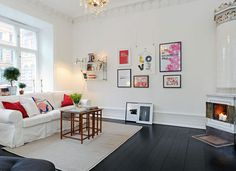 Table simple le seule meuble design avec le canapé dans la pièce