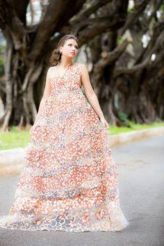 Iáskara Isadora Vestido de papel derivado da reciclagem de sacos de cimento tingido com terra vermelha e café.