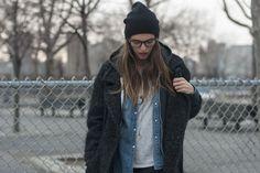 Street Style en Nueva York: sudadera de American Apparel y colgante de Pamela Love. Abrigo de Etoile y gafas persol.