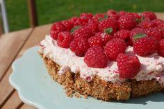 Hindbærdrøm | Let og lækker opskrift på sommerkage med friske hindbær og hindbærskum på mandelbund