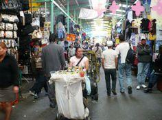 Calle de Bartolomé de las Casas. Zona comercial de comida, pero principalmente de ropa. Podemos encontrar ofertas con los precios más accesibles y es donde muchos de los comerciantes de otros barrios surten su negocio.
