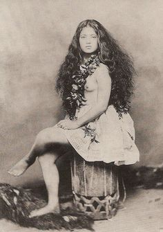 Young Hawaiian girl wears a maile lei and a skirt of kapa (mulberry bark cloth.) Apparently the Hawaiian population began to dwindle drastically from the time of Western contact in the late Hawaiian Girls, Hawaiian Art, Hawaiian Clothes, Hawaiian Woman, Atelier D Art, Hula Dancers, Photo Vintage, Grow Long Hair, Polynesian Culture