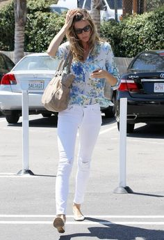 Mosel Gisele Bundchen spends some cash while shopping with friends in Santa Monica, California on July 17, 2013.