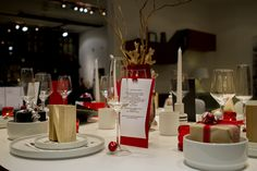 The final touches are the things that will make your table stand out! Why not tie little bells on the champagne flutes or wine glasses for a festive atmosphere? Or wrap party favours and place them on the table!