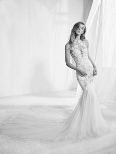 Vestido de novia con patrón sirena con un bordado floral que se funde en la piel para crear un efecto tatuaje muy sexy. Pronovias