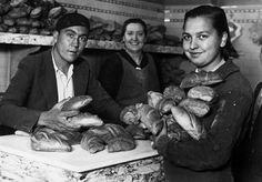 Panadería madrileña hacia 1930. Me encanta la foto.