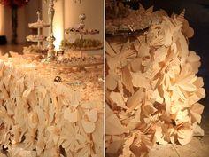 Toda a beleza e o poder de impacto (!) do origami. Se a mesa de doces já costuma ser um dos pontos altos da festa, imaginem uma assim! Bom, eu sou suspeita