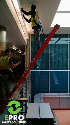 Safety Fails That Would Make OSHA Faint - The internet has generated a huge amount of laughs from cats and FAILS. And we all out of cats. Construction Fails, Construction Safety, Funny Photo Editing, Safety Fail, Work Fails, Darwin Awards, Safety First, Workplace Safety, Stupid People