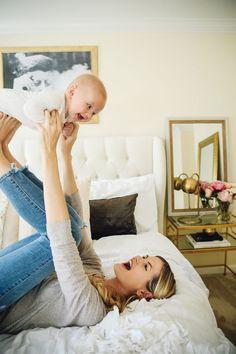 Mamá jugando con su bebé. Fotografía de mamá feliz con su hijo