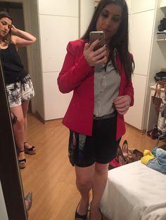 Bermuda e camisa de alfaiataria com blazer vermelho