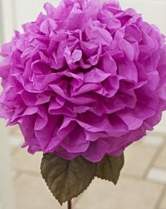 Love, Laughter & Decor: Cheap & Chic Centerpiece this would be great for my centerpieces but maybe in pink and white Large Paper Flowers, Tissue Paper Flowers, Paper Roses, Handmade Flowers, Diy Flowers, Fabric Flowers, Hanging Flowers, Diy Paper, Paper Crafts