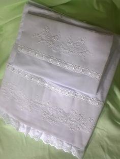 Lençol de berço bordado a mão, três peças (de baixo com elástico) malha branca 100% algodão, cores variadas de bordado.