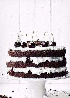 Фото к рецепту: Шварцвальдский шоколадный торт «Черный лес»