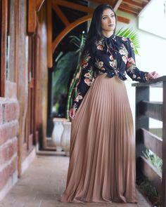 Porque se amar é vestir-se bem! Muslim Fashion, Modest Fashion, Hijab Fashion, Trendy Fashion, Fashion Dresses, Maxi Skirt Outfits, Modest Outfits, Classy Outfits, Vestidos Fashion