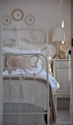 White Cottage Bedroom Ideas - via Shabby in Love #Shabbybedroom