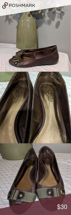 Simply Vera Vera Wang flats sz 10 These flats are in good used condition. Size 10m, please look at pictures to judge condition for yourself. Simply Vera Vera Wang Shoes Flats & Loafers