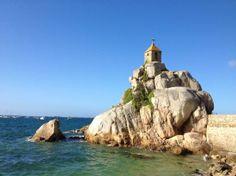 Penvenan, France : Rocher Port Blanc Kapelletje op de rotsen van Port Blanc. Prachtige lange wandelingsroute langs de hele kust.