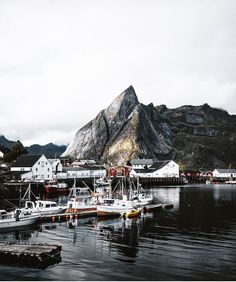 UP KNÖRTH — Sea, mountains and fisherman's cabins. Hamnøy,...