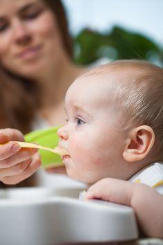 Kleinstkinder richtig füttern: Achten Sie auf diese 4 Schritte