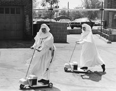 These sisters know how to have a good time! These vintage photographs below reveal the surprising side of convent life. Here are nuns on rol. Vintage Photos Women, Vintage Pictures, Vintage Photographs, Daughters Of Charity, Foto Picture, Religion, Catholic Company, Sister Act, Sister Photos