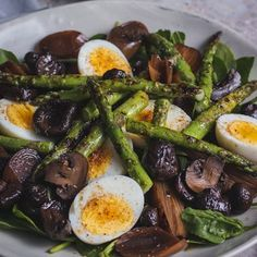 Vary this salad with whatever you have in your grocery cupboard or fridge. Asparagus or fine green beans are delicious grilled. Hardboiled eggs give colour and the Char-grilled Antipasti Vegetables add a touch of class. Grilled Mushrooms, Grilled Asparagus, Grilled Vegetables, Summer Salad Recipes, Summer Salads, Healthy Family Meals, Healthy Snacks, South African Recipes, Ethnic Recipes