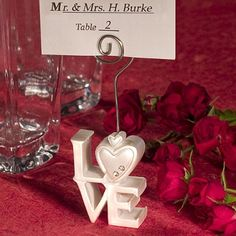 Perlmuttfarbener Tischkartenhalter in Love-Form mit kleinen Glitzersteinen - Schön um den Gästen bei der Hochzeit ihren Platz zu zeigen