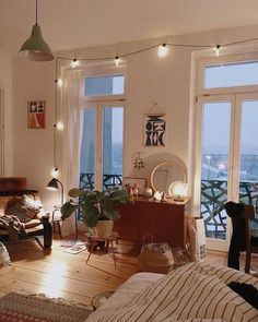 Here are some doable living room decor and interior design tips that will make your home cozy and comfortable for family and friends. Decor Room, Living Room Decor, Bed In Living Room, Table En Bois Diy, Deco Studio, Studio Apt, Home And Deco, New Room, Child's Room