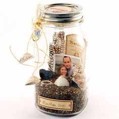 Top 21 DIY Memory Jar Ideas to Keep The Best Memories – HomeDesignInspired – En Güncel Araba Resimleri Mason Jars, Mason Jar Crafts, Bottle Crafts, Mason Jar Photo, Diy Bottle, Bottle Art, Glass Jars, Easy Homemade Gifts, Navidad Diy
