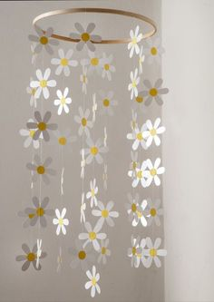 Daisies are very beautiful like that. Soft and delicate this mobile daisies for decoration of indoor or outdoor. Felt Decorations, School Decorations, Paper Crafts Origami, Diy Paper, Kids Crafts, Daisy Party, Paper Daisy, Spring Projects, Frame Crafts