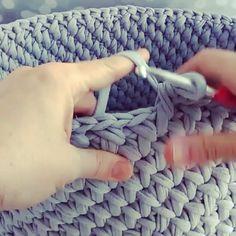 Fica uma peça muito linda😍😍 from - Süpermodel 👌👌👌👌 Model . Crochet Box, Crochet Basket Pattern, Crochet Stitches Patterns, Crochet Yarn, Finger Knitting, Arm Knitting, Crochet Handbags, Tapestry Crochet, Sewing Accessories