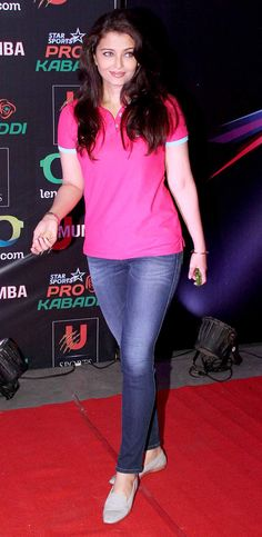 Aishwarya Rai Bachchan arrived wearing a custom T-shirt representing her hubby Abhishek's team at the Pro Kabaddi League opener. #Style #Bollywood #Fashion #Beauty