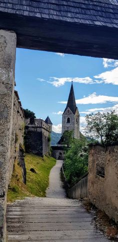 """Die Burg Hochosterwitz inspirierte Walt Disney einst zu seinem Film """"Cinderella"""". Im Jahre 860 erstmals urkundlich erwähnt, ist die Hochosterwitz bis zum heutigen Tag nicht nur eines der bekanntesten Sehenswürdigkeiten Kärntens, sondern sie zählt auch zu den imposantesten Burgen in Österreich. Die mittelalterliche Burg liegt im Herzen von Kärnten und ist durch die Lage auf ihrem hohen Fels nicht zu übersehen. Sie ist von allen Himmelsrichtungen aus leicht erreichbar. Walt Disney, Cinderella, Mansions, Film, House Styles, Cardinal Directions, Medieval Castle, Road Trip Destinations, Jokes"""
