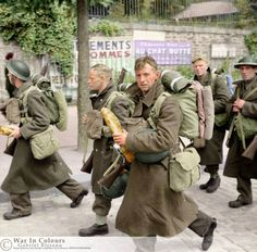 Troops on their way to the port at Brest during the evacuation of the British Expeditionary Force from France, June British Armed Forces, British Soldier, British Army, Dunkirk Evacuation, Ww2 Pictures, Historical Pictures, British Uniforms, Colorized Photos, War Photography