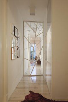 Loft Three Marías (Lisboa) Esta puerta en madera es una de las protagonistas de la vivienda: separa las áreas funcionales, pero también es un importante elemento decorativo.