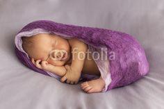 Newborn Mädchen gepuckt in Seitenlage
