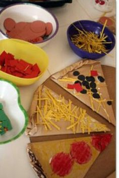 Cardboard Pizza Making- pizza store at a dramatic play centre Kids Crafts, Restaurant Themes, Preschool Restaurant, Pizza Restaurant, Dramatic Play Centers, Play Centre, Food Themes, Childhood Education, Pretend Play