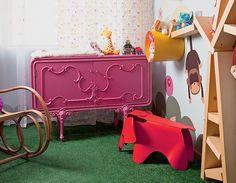 A cômoda antiga foi restaurada com pintura automotiva pink para o quarto da pequena Laura, de um ano e meio. Projeto do pai, o arquiteto Rodrigo Ângulo
