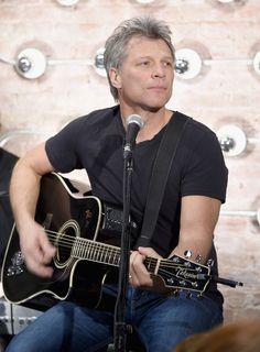 Jon Bon Jovi está como el vino, entre más viejo mejor mucho mejor...