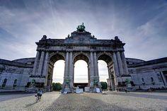 Jubelpark = Cinquantenaire, werd gebouwd in opdracht van Leopold II ten ere van de 50 jaar onafhankelijkheid van België. Buiten de opvallende triomfboog met vier paarden kan je nog andere kunstwerken buiten bewonderen. Aan de triomfboog zijn er enkel musea's die je kan bezoeken