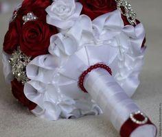 Купить или заказать Свадебный букет невесты, брошь-букет в интернет-магазине на Ярмарке Мастеров. Яркий и сверкающий букет из белоснежных и рубиновых роз - классическое свадебное сочетание, станет ярким акцентов вашего торжества. Может быть выполнен в любой цветовой гамме и дополнен любыми аксессуарами по вашему желанию. На фото аксессуары для примера.