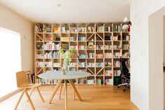 躯体現しの壁が見えないほど、本が並べられたライブラリースペース。HAYの丸テーブルがよく似合っています。#U様邸菊名 #ライブラリー #本棚 #HAY #丸テーブル #インテリア #EcoDeco #エコデコ #リノベーション #renovation #東京 #福岡 #福岡リノベーション #福岡設計事務所 Bookshelves, Bookcase, Muji Home, Blank Walls, Bedroom Apartment, Sideboard, House Design, Desk, Interior