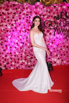 When B-Town divas come together, it's no less than a fashion mela. Lux Golden Rose Awards took place in the city, last night and we bring to you the fashion report from ground zero Fall Dresses, Nice Dresses, Party Wear Gowns Online, Victorian Era Dresses, Hairstyles For Gowns, Alia Bhatt Photoshoot, Alia Bhatt Cute, Anita Dongre, Royal Dresses