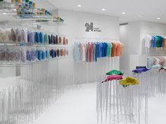 Los aparadores de las tiendas del diseñador japonés Issey Miyake han sido en repetidas ocasiones intervenidos por diseñadores y artistas que le dan un toque sorprendente a su marca. Miyake se caracteriza por invitar a diseñadores como Tokujin Yoshioka y Ross Lovegrove a diseñar relojes para su línea, pero hay algo especial en estas instalaciones temporales que transmiten su afinidad por lo efímero.