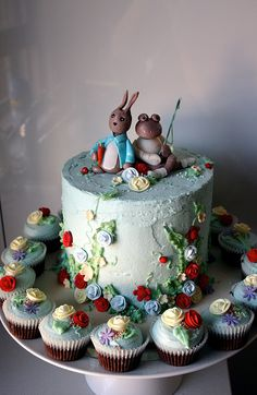 Peter Rabbit Cake and cupcakes Peter Rabbit Cake, Peter Rabbit Birthday, Pretty Cakes, Beautiful Cakes, Amazing Cakes, Party Fiesta, Fairy Cakes, Novelty Cakes, Occasion Cakes