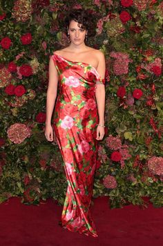 Phoebe Waller-Bridge Style: Making a Raphaelite-esque statement in a bold rose dress and corkscrew ringlets at the Evening Standard Theatre Awards in Moda Floral, Phoebe Waller Bridge, Gown Suit, Vogue, Satin Gown, Rose Dress, Red Carpet Looks, Embellished Dress, Red Carpet Fashion