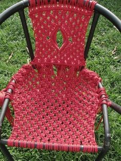 Basically a macramé chair. Free tutorial with pictures on how to make a chair in 5 steps by knotting with time and rope. How To posted by Difficulty: Cost: Absolutley free. Macrame Art, Macrame Projects, Micro Macrame, Chair Repair, Furniture Repair, Macrame Chairs, Woven Chair, Lawn Chairs, Room Chairs