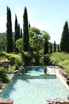 Une piscine grand format dans le jardin