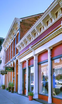 ✮ Shops line the main street in downtown Madison, Indiana