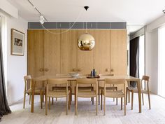 A mid-twentieth century courtyard house was completely transformed by architects Kennedy Nolan, located in Bayside, a suburb of Melbourne, Australia. Australian Interior Design, Interior Design Awards, Melbourne, Kennedy Nolan, Brighton Houses, Casa Patio, Inspiration Design, Design Ideas, Courtyard House